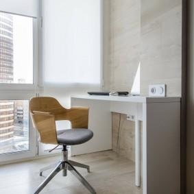 Белый письменный стол на теплой лоджии