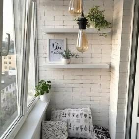 Белые полочки на кирпичной стене