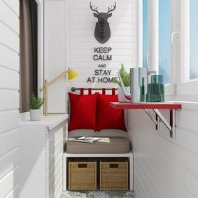 Красные подушки на спинке диванчика