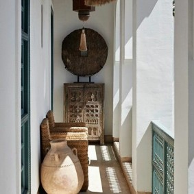 Этнический интерьер узкого балкона