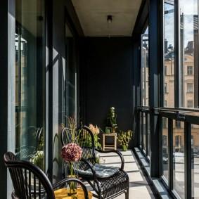 Темная отделка балкона в смешанном стиле