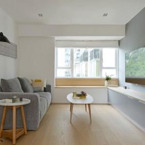 Небольшая гостиная с минимумом мебели