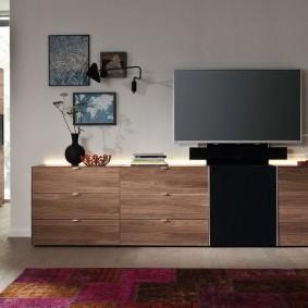 Телевизор на комоде с выдвижными ящиками