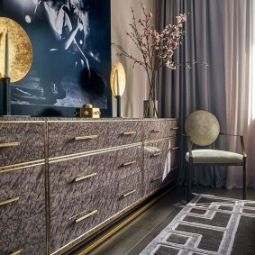 Золотистые ручки на комоде в гостиной