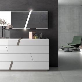 Белая мебель в зале с серыми стенами