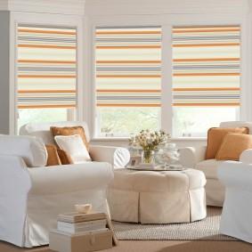 Полосатые шторы в белой гостиной