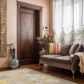 Оформление шторами со складками окна в гостиной