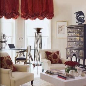 Бардовые занавески в светлой гостиной