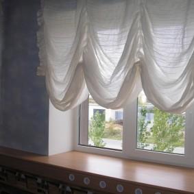 Французские шторы выше подоконника в гостиной