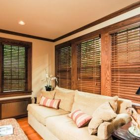 Деревянные шторы над диваном в гостиной