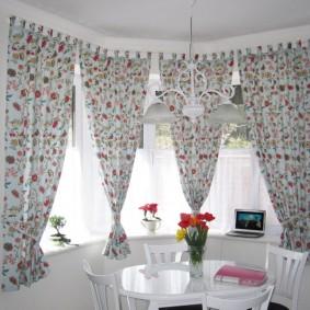 Короткие занавески с цветочным рисунком
