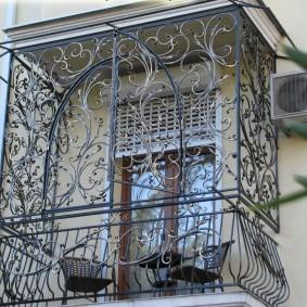 Красивый балкон с кованным ограждением в квартире