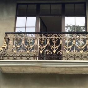 Растительные узоры на перилах кованного балкона