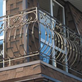 Угловой балкон с дутой ковкой