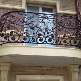 Ажурные перила на балконе с холодной ковкой