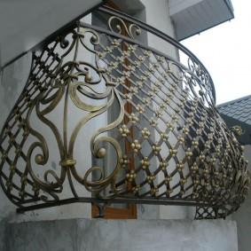 Небольшой балкон с элементами ручной ковки