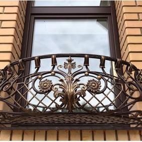 Французский балкон с ажурным декором
