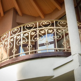 Кованный балкон в загородном доме