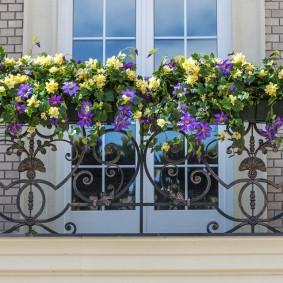 Декор цветами кованного балкона