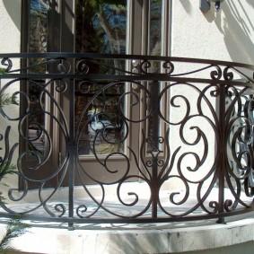Фото кованных перил на полукруглом балконе