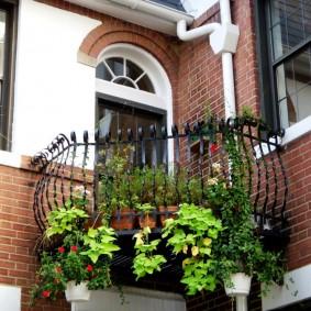 Кованный балкон на кирпичном доме