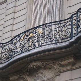 Французский балкон на фигурных опорах