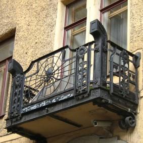 Металлический балкон в готическом стиле