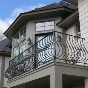 Металлическое ограждение балкона над террасой