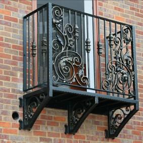 Мини-балкон из кованного металла
