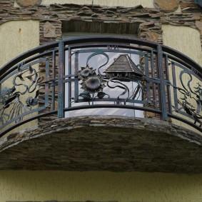 Декор плиты балкона природным камнем