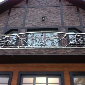 Подвесной балкон в доме с мансардой