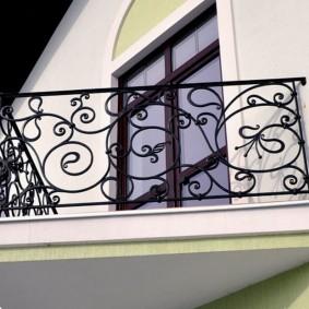 Кованный балкон треугольной формы