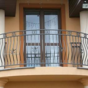 Металлическое ограждение балкона из квадратного прутка