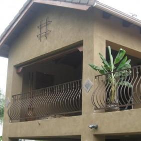 Дутые перила на балконе частного дома