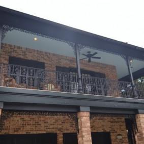 Открытый балкон на втором этаже загородного дома