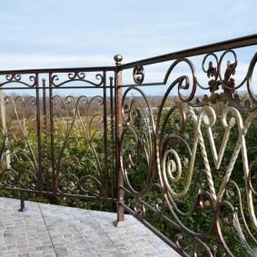 Чугунные перила кованного балкона