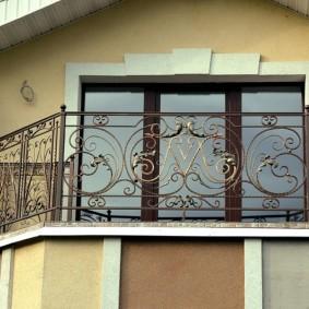 Балкон открытого типа с перилами из стали