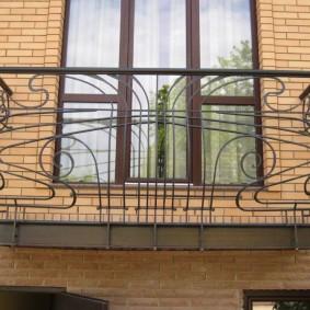 Подвесной балкон с перилами из металла