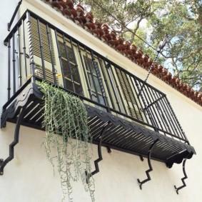 Навесной балкон с металлическим полом