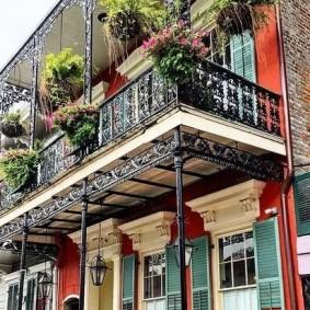 Открытый балкон на металлических стойках