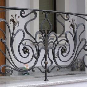 Чугунная ковка на перилах балкона