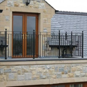 Открытый балкон с бетонным полом