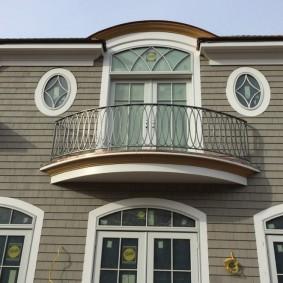 Фасад загородного дома с маленьким балконом