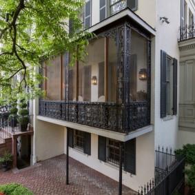 Застекленный балкон с кованным декором