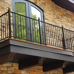 Деревянный балкон с металлическими перилами