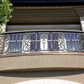 Узкий балкона на фасаде жилого дома