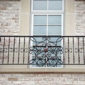 Декоративный балкон на фасаде дома из кирпича