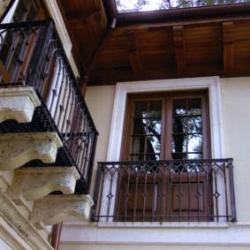 Подвесной балкон небольшой площади