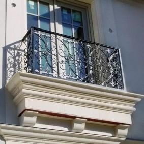 Узкий балкон французского типа