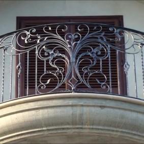 Вид на перила балкона в классическом стиле
